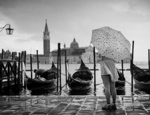 Венеция. Фотосет девушки под дождем.