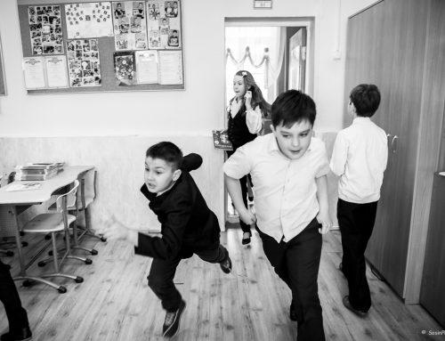 Школьники на перемене и после уроков